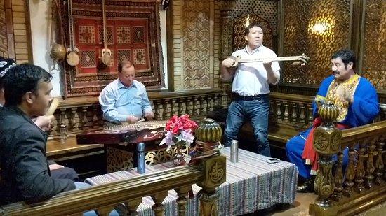 caption-1 Çin baskısı bu sefer Uygur kültürünü tanıtan restoranın şubelerini hedef aldı