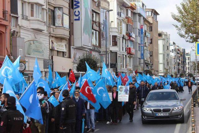 45674697_1933987736669141_6862893873950097408_n-1-640x426 Çin'in Doğu Türkistan'da Uygur Türkleri'ne uyguladığı baskıya tepki amacıyla protesto ve yürüyüş