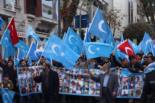 45862135_1933987683335813_3131003082582786048_n-1-640x426 Çin'in Doğu Türkistan'da Uygur Türkleri'ne uyguladığı baskıya tepki amacıyla protesto ve yürüyüş