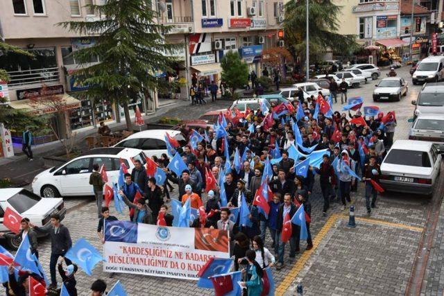 Turkiyeng-samsung-shehiride-Uyghurlarni-kolap-namayish-elip-berildi-001-640x427 Doğu Türkistan İçin Yürüdüler