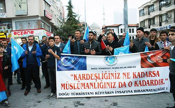 Turkiyeng-samsung-shehiride-Uyghurlarni-kolap-namayish-elip-berildi-002 Doğu Türkistan İçin Yürüdüler