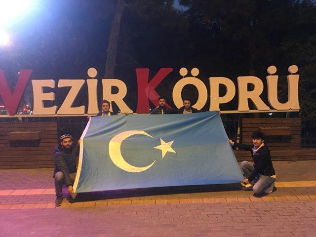 Turkiyeng-samsung-shehiride-Uyghurlarni-kolap-namayish-elip-berildi-006-640x480 Doğu Türkistan İçin Yürüdüler