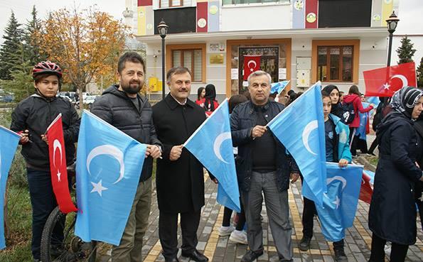 Turkiyeng-samsung-shehiride-Uyghurlarni-kolap-namayish-elip-berildi-007 Doğu Türkistan İçin Yürüdüler