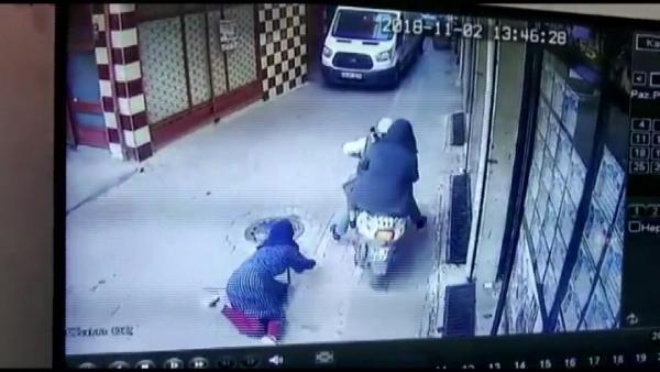 b52247f034fbaed3144137cfb8ca1b82 Doğu Türkistanlı kadına gasp anı kamerada